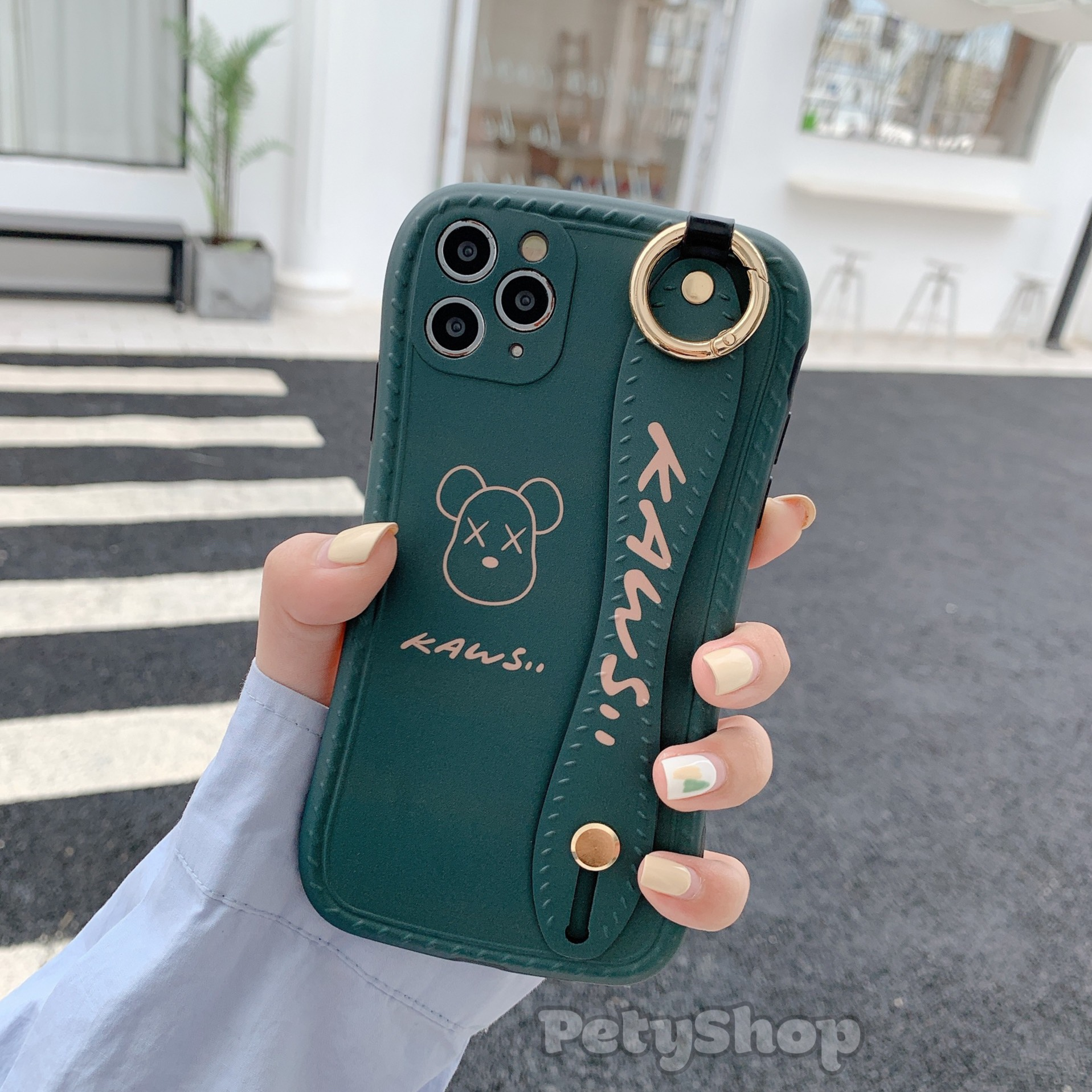 Ốp bọc camera xỏ tay Kaws VS2 iPhone 12 Pro Max